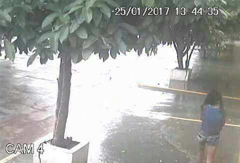 As câmeras de uma lanchonete do bairro registraram a  menina no dia do desaparecimento. (Foto: Divulgação)