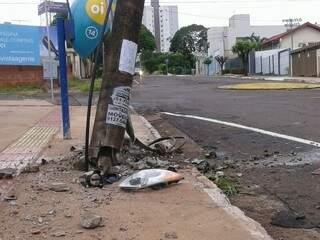 A estrutura de cimento e ferro foi quebrada na base e só não caiu por conta da fiação elétrica. (Foto: Simão Nogueira)