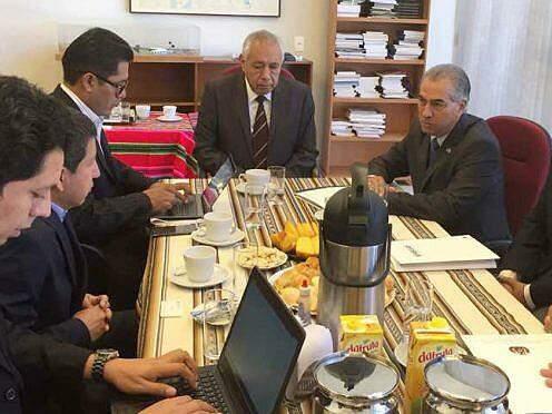 Governador Reinaldo Azambuja (PSDB) em reunião esta manhã (15) na Embaixada da Bolívia. (Foto: Divulgação/GovernoMS)