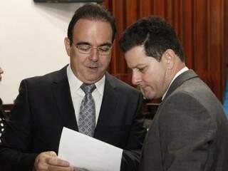 À esquerda, o deputado Felipe Orro (PSDB), com Renato Câmara (PMDB). (Foto: Roberto Higa e Victor Chileno/ALMS/Arquivo)