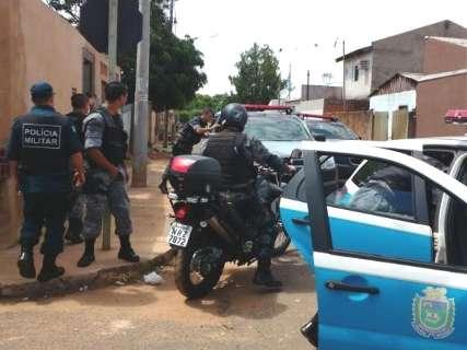Homens em carro são presos após assaltar mulher no Bairro Tiradentes