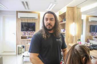 Emmanuel Alvarez, proprietário do Salon 7 Coiffeur, um dos primeiros a receber a capacitação. (Foto: Paulo Francis)
