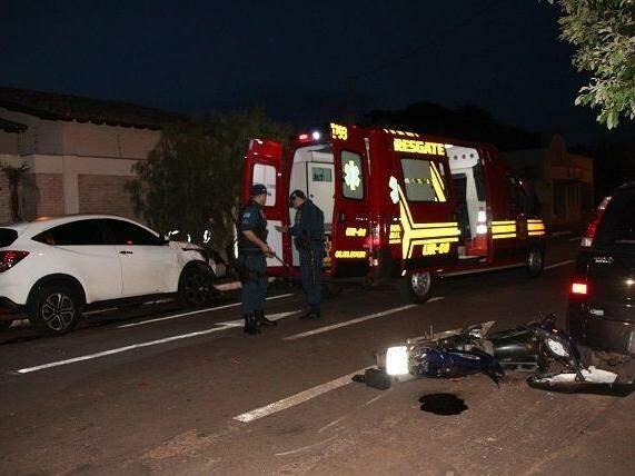 Colisão entre carro e moto na região central de Nova Andradina, resultou na morte do motociclista. (Foto: Jornal da Nova)