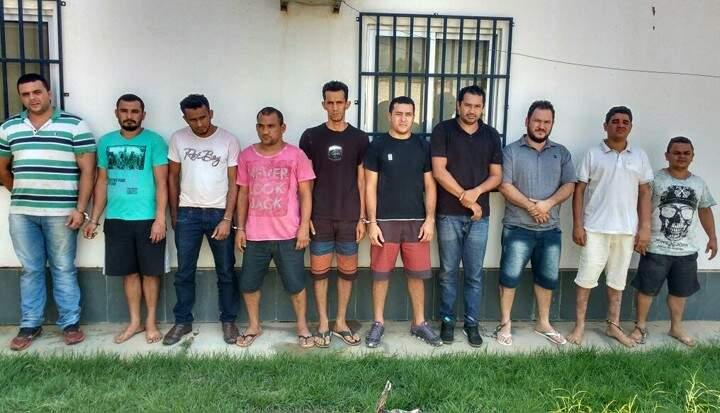 Suspeito de envolvimento aos roubos das agências do Banco do Brasil em MS, Ronalth (de camista listrada) foi preso no Maranhão. (Foto: Imirante.com)