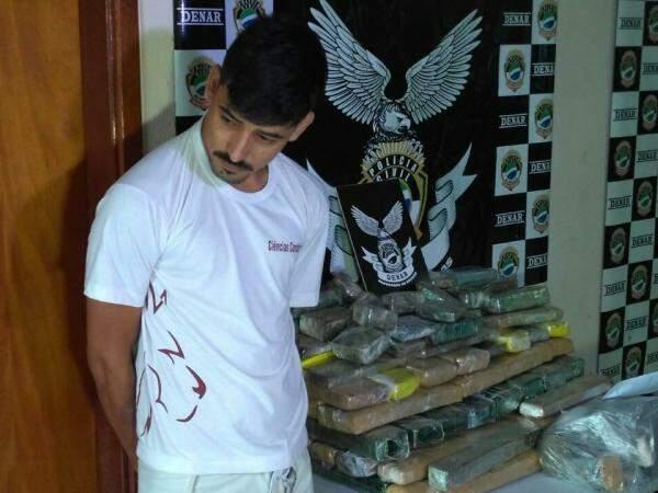 Pedro foi apresentado nesta manhã na delegacia, onde está preso por tráfico de drogas (Foto: Marcus Moura)