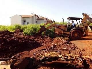"""Prefeitura desobstruiu somente """"meio da rua"""", relatam os moradores"""