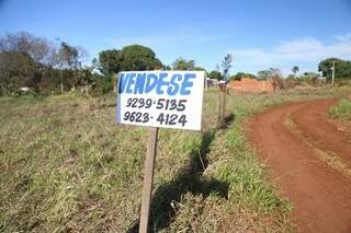 De acordo com o corretor de imóveis Evaldo Fares, muitos moradores querem vender suas casas e terrenos devido a chegada dos moradores da favela Cidade de Deus (Foto: Fernando Antunes)