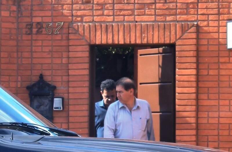 Prefeito Alcides Bernal deixando a mansão acompanhado do vereador Cazuza