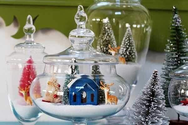 Os vidros com as miniaturas que são a cara do Natal.