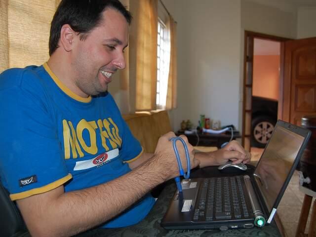Fred cuida dos textos publicados e conta com ajuda de amigos para manter o blog (Foto: Jorge Almoas)
