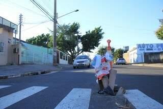 O buraco em cima da faixa causa trastorno para os motorista e insegurança aos pedestres (Foto: Marina Pacheco)