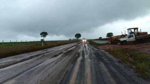 Chuva do fim de semana piora situação de asfalto e MS-180 é interditada