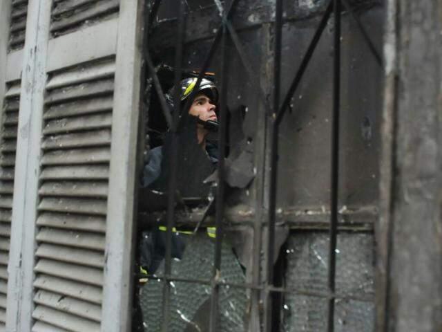 No dia do incêndio, bombeiros atenderam a ocorrência. A casa foi destruída pelo fogo (Foto: Alcides Neto)