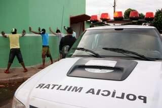 Policiais em abordagens a suspeitos, durante operação (Foto: Marcos Ermínio)