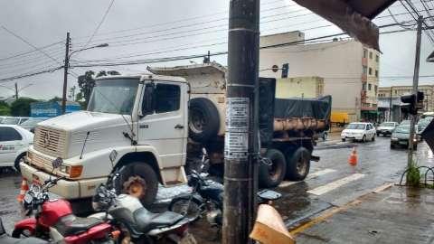 Parado no meio da rua, caminhão da tapa-buracos tumultua trânsito no Centro