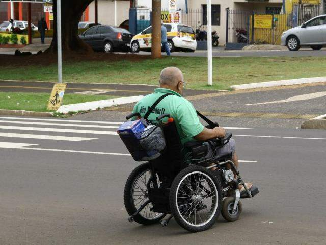 Cadeirante trafega na Avenida Afonso Pena, no Centro da Capital (Foto: Marcos Ermínio)