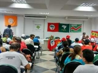 Mais de 100 pessoas aguardam reunião com o presidente do Incra na sede do Instituto (Foto Mariana Castelar)
