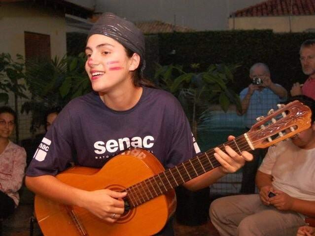 Mayara com seu violão; talento da musicista foi descoberto aos 11 anos (Foto: Reprodução/ Facebook)