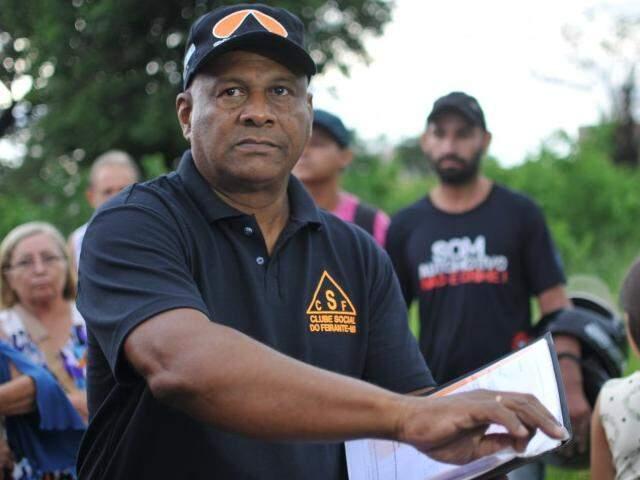 João Leite, representante dos feirantes, mostra cópia de lei (Foto: Alcides Neto)