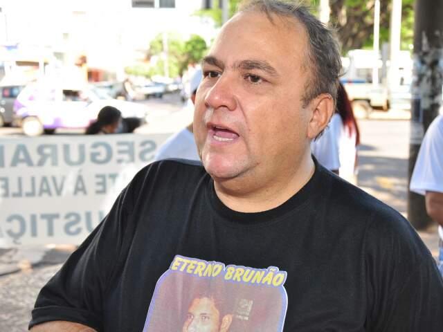 Pai do segurança, durante manifestação no dia 21 de maio. (Foto: Arquivo/João Garrigó)
