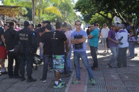 Policiais vão de viatura protestar no Fórum contra prisão de PMs
