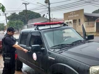 Policial militar que deu apoio ao Gaeco durante buscas na sede da Omep pela manhã; ele deixou o local nesta tarde (Foto: Richelieu de Carlo)