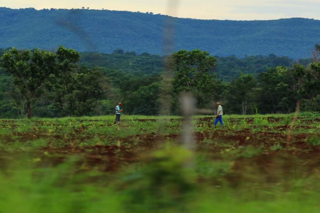 """No caminho para Aguão, morros e """"lida"""" no campo. (Foto: André Bittar)"""