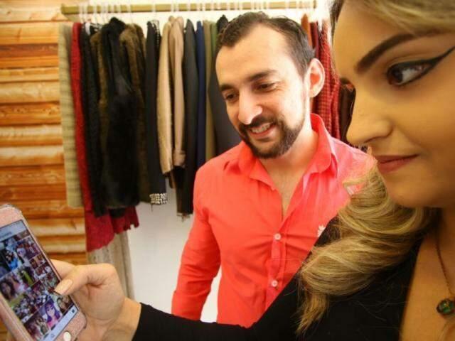 Jessica e seu cliente, Flávio unem forças para escolher os presentes de Dayane, namorada do empresário. (Foto: André Bittar)
