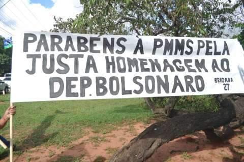 À distância e sob olhos da PM,  grupos repudiam e exaltam Bolsonaro