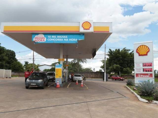 Posto cobra R$ 3,44 no litro da gasolina, mas só aceita pagamento em dinheiro (Foto: Fernando Antunes)