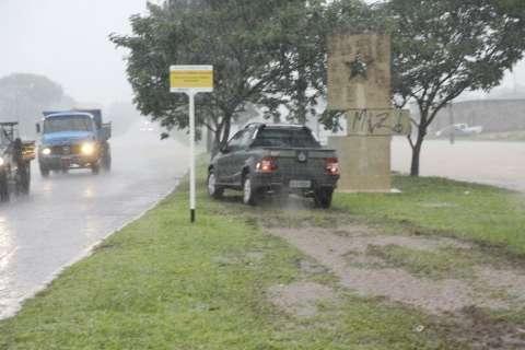 Com ventos de 36 km/h, chuva em Campo Grande registra 12,4mm