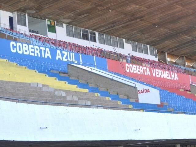 Arquibancadas foram pintadas e cadeiras cobertas estão sendo numeradas (Foto: Alcides Neto)