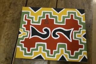 Verde, vermelho e amarelo são cores da terra, muito utilizadas pelos Kadiwéu e presente no trabalho de Benilda (Foto: Paulo Francis)