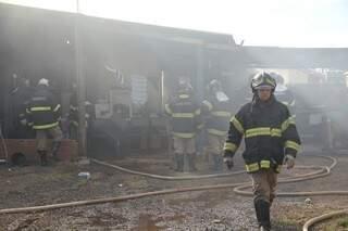 Incêndio começou por volta das 14h e demorou mais de uma hora para ser controlado. (Foto: Marcos Ermínio)