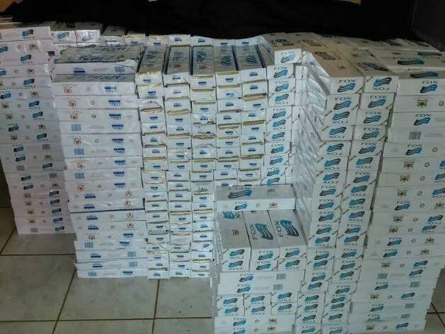 No total foram apreendidos 2.512 maços de cigarros (Foto: Edição de Notícias)