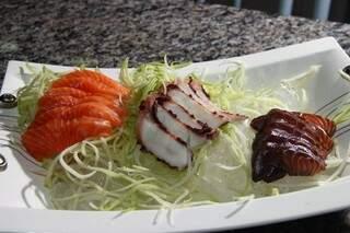 O sashimi black é marinado 24 horas no tempero, o que garante um sabor mais marcante ao salmão