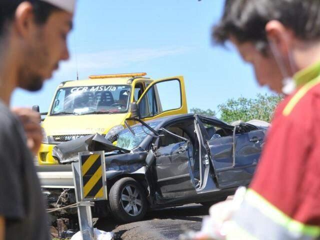 Motorista do carro (à esquerda) conversa com socorrida da CCR MSVia (Foto: Alcides Neto)