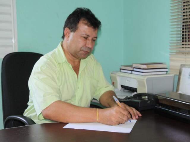 No escritório da funerária, no Guanandi, Pedro escreve a carta.