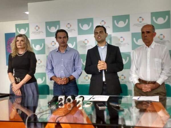 Marquinhos Trad ao lado do secretário de Saúde, Marcelo Vilela, e do diretor-financeiro do hospital, Cláudio Machado (Foto: Alberto Dias)