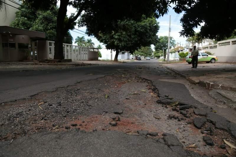 Rua Abrão Julio Rahe, buraco e fissuras no asfalto próximos ao meio fio. (Foto: Fernando Antunes)