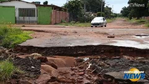 """Comércio sofre prejuízo em rua """"engolida"""" por buraco na Vila Cidade Morena"""