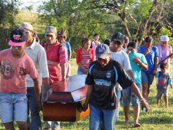 Índios carregam o caixão de Semião Fernandes Vilhalva, em Antonio João (Foto: Marcos Ermínio)