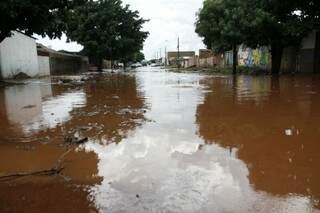 Cerca de 10 casas foram invadidas pela água (Foto: Cleber Gellio)
