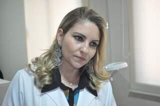Dermomicropunturista Flávia explica que técnica pode ser usada também para as rugas. (Foto: Marcelo Calazans)