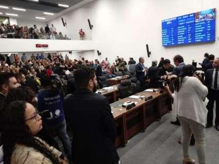 Professores protestam na Governadoria contra projeto aprovado