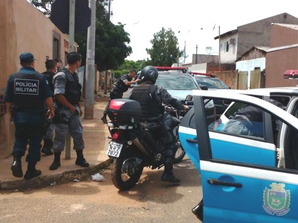 Policiais abordam suspeitos de roubo no Bairro Tiradentes (Foto: Yarima Mecchi)