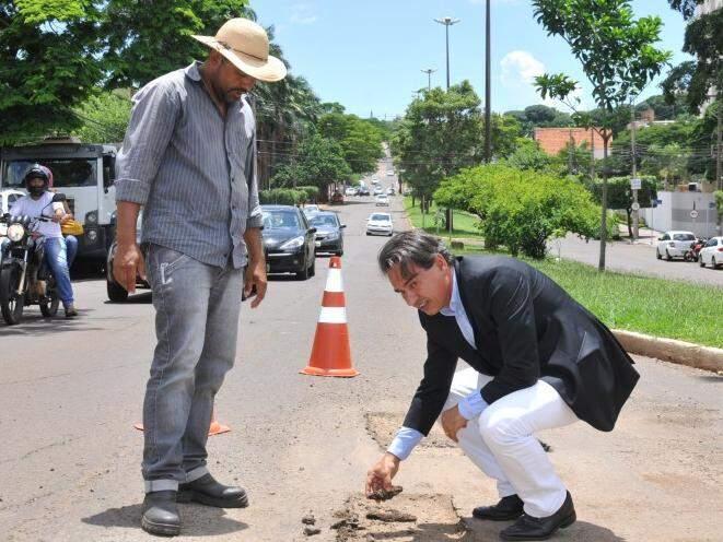 Marquinhos Trad vistoria trabalhos de tapa-buraco. (Foto: Alcides Neto)