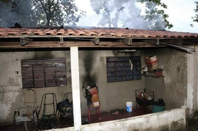 Residência pega fogo e é condenada por Corpo de  Bombeiros. (Foto: Edição de Notícias)