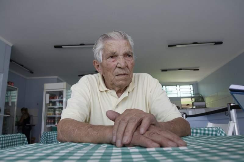 Lindolfo faz esfihas há 45 anos (Foto: Cleber Gellio)