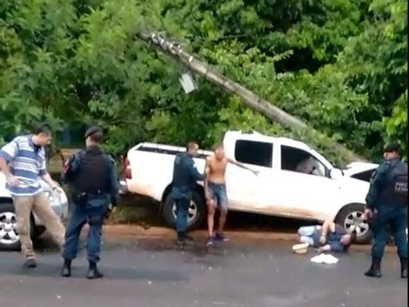 Ricardo (à esquerda) conversando com o policial militar, enquanto vítimas pedem para prendê-lo (Foto: reprodução/vídeo)
